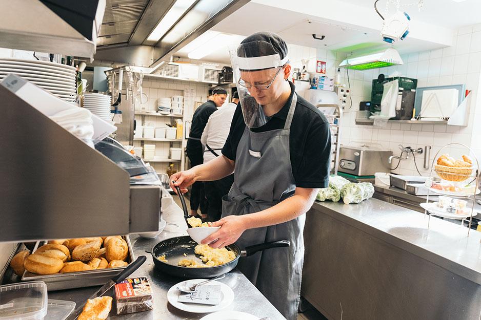 Zubereitung von Rührei in der Küche